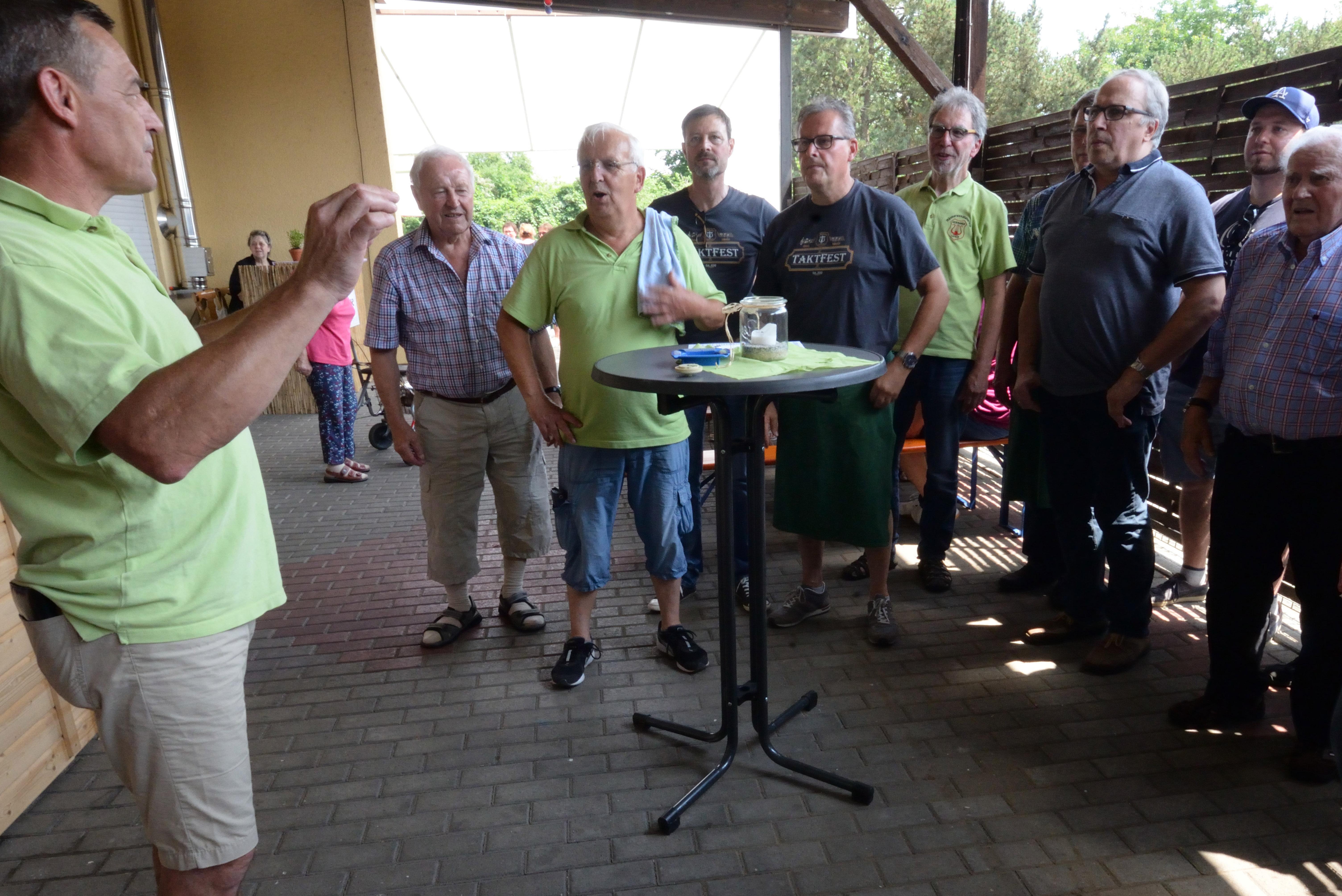 Sänger proben für Open Air Konzert
